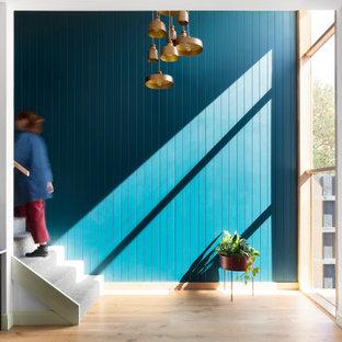 Imagen de escalera panelado, nórdica, con escalones enmoquetados y panelado