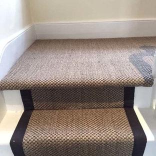 Foto de escalera en U, clásica renovada, de tamaño medio, con escalones enmoquetados y contrahuellas enmoquetadas