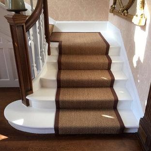 Cette image montre un très grand escalier victorien en U avec des marches en bois, des contremarches en bois et un garde-corps en bois.