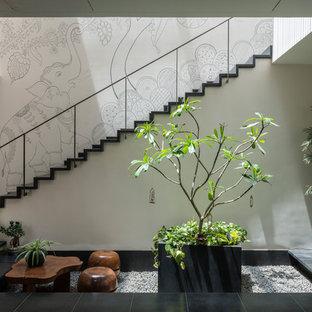 Diseño de escalera recta, actual, de tamaño medio, con barandilla de metal