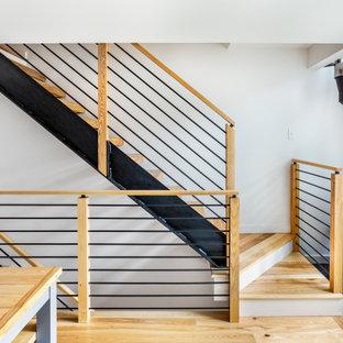 Diseño de escalera suspendida, rural, sin contrahuella, con escalones de madera y barandilla de varios materiales