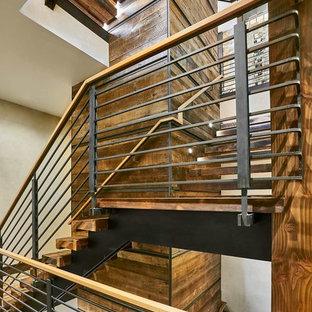 Diseño de escalera en U, rústica, con escalones de madera y barandilla de metal