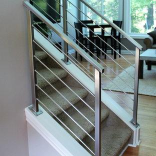 Ejemplo de escalera recta, actual, de tamaño medio, con escalones enmoquetados, contrahuellas enmoquetadas y barandilla de metal