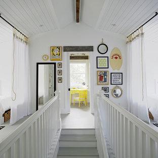 Foto de escalera recta, costera, de tamaño medio, con escalones de madera pintada, contrahuellas de madera pintada y barandilla de madera