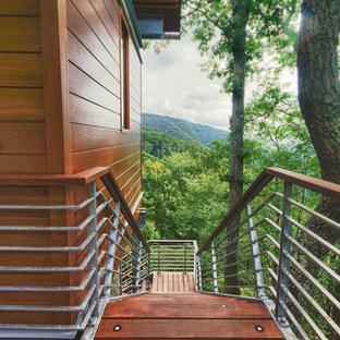Удачное сочетание для дизайна помещения: прямая лестница среднего размера в современном стиле с деревянными ступенями, деревянными подступенками и металлическими перилами - самое интересное для вас