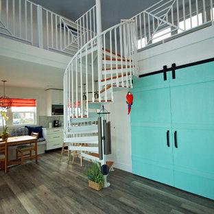Ejemplo de escalera de caracol, marinera, pequeña, con escalones de madera y contrahuellas de metal