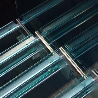 ニューヨークの中サイズのガラスのコンテンポラリースタイルのおしゃれな直階段の写真