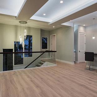 マイアミの大きい木のトランジショナルスタイルのおしゃれな直階段 (ガラスの蹴込み板) の写真