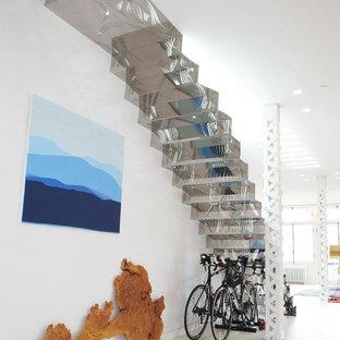 Идея дизайна: прямая лестница среднего размера в скандинавском стиле с стеклянными ступенями и стеклянными подступенками