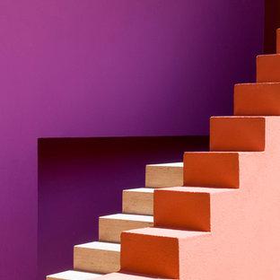 ヨーテボリの巨大なトランジショナルスタイルのおしゃれな階段の写真