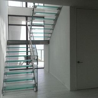 Réalisation d'un escalier sans contremarche droit minimaliste de taille moyenne avec des marches en verre et un garde-corps en verre.