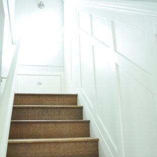 バンクーバーのトラディショナルスタイルのおしゃれな階段の写真