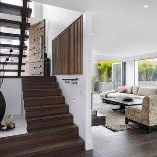 Modelo de escalera en U, contemporánea, con escalones de madera y contrahuellas de madera