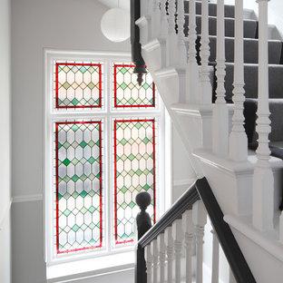 Foto de escalera recta y boiserie, contemporánea, grande, con escalones de madera pintada, contrahuellas de madera pintada, barandilla de madera y boiserie