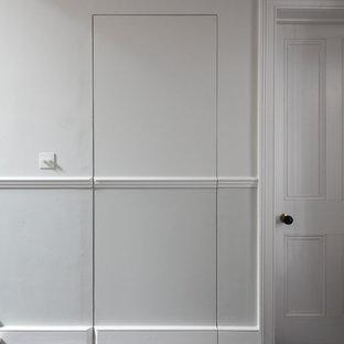 Modelo de escalera recta y boiserie, clásica, grande, con escalones de madera pintada, contrahuellas de madera pintada, barandilla de madera y boiserie