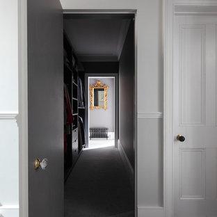 Неиссякаемый источник вдохновения для домашнего уюта: большая прямая лестница в классическом стиле с крашенными деревянными ступенями, крашенными деревянными подступенками, деревянными перилами и панелями на стенах