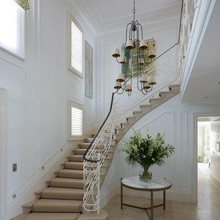 Inspiration pour un grand escalier courbe traditionnel avec des marches en moquette.