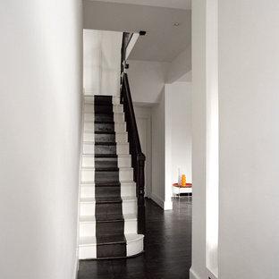 Inspiration för moderna raka trappor i målat trä, med sättsteg i målat trä