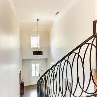 Idee per una scala curva tradizionale di medie dimensioni con pedata in metallo, alzata in legno e parapetto in legno