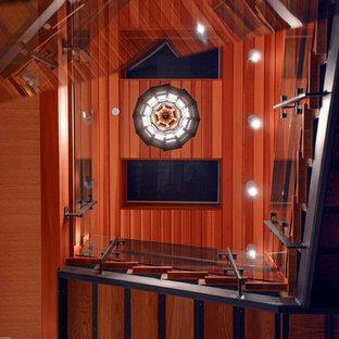 """Idee per una grande scala a """"U"""" minimal con pedata in legno e parapetto in vetro"""