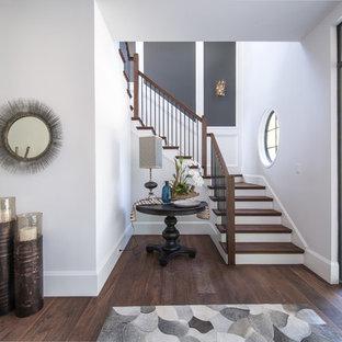 Imagen de escalera en U, clásica renovada, con escalones de madera, contrahuellas de madera pintada y barandilla de varios materiales