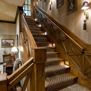 Idéer för stora vintage l-trappor i trä, med sättsteg i trä och räcke i trä