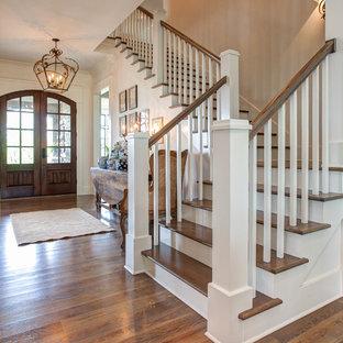 Ejemplo de escalera en L, clásica, de tamaño medio, con escalones de madera, contrahuellas de madera pintada y barandilla de madera