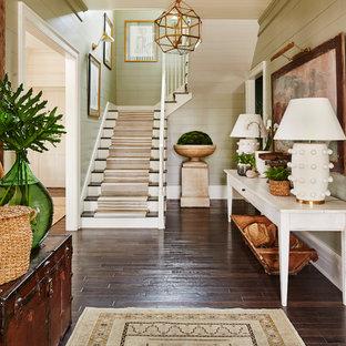 Пример оригинального дизайна: угловая лестница в морском стиле с ступенями с ковровым покрытием, ковровыми подступенками и деревянными перилами