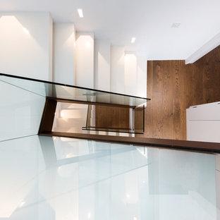 Modelo de escalera suspendida, contemporánea, pequeña, con escalones de madera pintada y contrahuellas de madera pintada