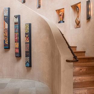 Idées déco pour un escalier courbe sud-ouest américain de taille moyenne avec des marches en bois et des contremarches en bois.