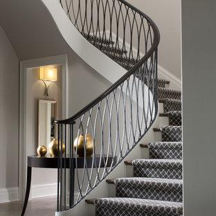 Diseño de escalera curva clásica renovada