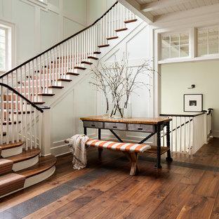 ミルウォーキーの木のカントリー風おしゃれな折り返し階段 (フローリングの蹴込み板) の写真