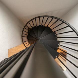 Imagen de escalera de caracol, de estilo americano, pequeña, con escalones de metal, contrahuellas de metal y barandilla de metal