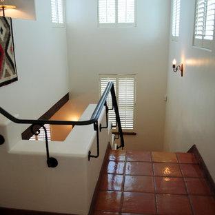 オースティンの広いサンタフェスタイルのおしゃれなかね折れ階段の写真