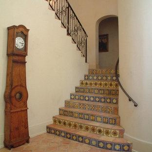 Стильный дизайн: п-образная лестница среднего размера в средиземноморском стиле с подступенками из плитки, ступенями из терракотовой плитки и металлическими перилами - последний тренд