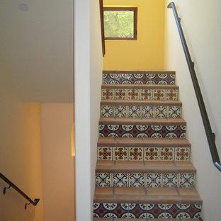 Aménagement d'un escalier méditerranéen avec des marches en terre cuite et des contremarches en carrelage.