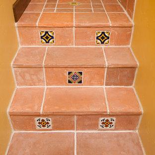 サンタバーバラの小さいサンタフェスタイルのおしゃれなかね折れ階段の写真