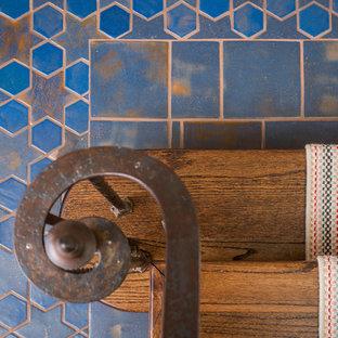 Foto de escalera mediterránea, de tamaño medio, con contrahuellas de madera y barandilla de metal