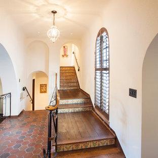 Modelo de escalera en L, mediterránea, grande, con contrahuellas con baldosas y/o azulejos y escalones de madera