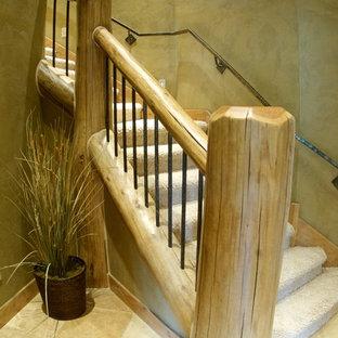 Imagen de escalera curva, rústica, con escalones enmoquetados, contrahuellas de madera y barandilla de madera