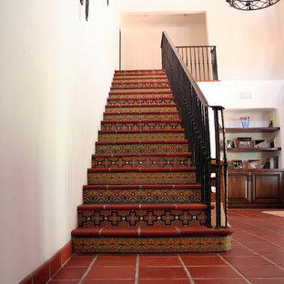 Ejemplo de escalera recta, mediterránea, con escalones de terracota