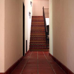 Ejemplo de escalera recta, mediterránea, con escalones con baldosas
