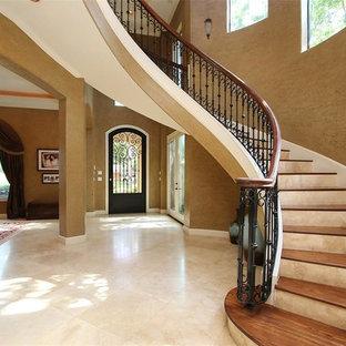 Diseño de escalera suspendida, mediterránea, extra grande, con escalones de madera, contrahuellas de travertino y barandilla de varios materiales