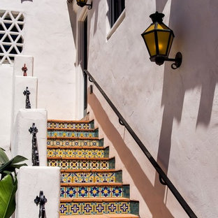 Foto di una scala a rampa dritta mediterranea con alzata piastrellata e pedata in terracotta
