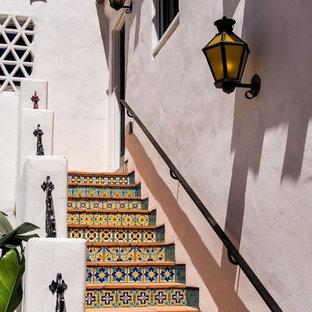 Foto de escalera exterior, mediterránea, con contrahuellas con baldosas y/o azulejos y escalones de terracota