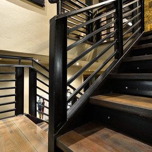 Cette image montre un escalier chalet en U de taille moyenne avec des marches en bois, des contremarches en métal et un garde-corps en câble.