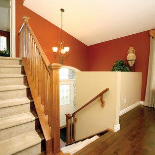 Foto de escalera en L, clásica, grande, con escalones enmoquetados y contrahuellas enmoquetadas