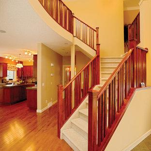 Diseño de escalera en L, actual, grande, con escalones enmoquetados y contrahuellas enmoquetadas