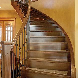 Imagen de escalera en L, tradicional, grande, con escalones con baldosas y contrahuellas de madera