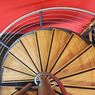 Idee per una scala a chiocciola design con pedata in legno e nessuna alzata